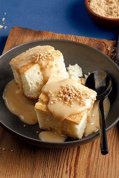 Un gâteau moelleux à la vanille garni d'une sauce au sucre à la crème: c'est la définition du bonheur! Un dessert réconfortant à essayer sans plus tarder! My Recipes, Dessert Recipes, Canadian Cuisine, Yummy Cakes, Scones, Biscuits, Sweet Tooth, Muffins, Deserts
