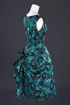 Vestido de cóctel con sobrefalda en otomán estampado ikat azul y negro, 1957. Fundación Cristóbal Balenciaga