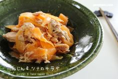 All done at the snap of a finger! Okay, maybe not a snap. But all you need is 5-8 minutes to make this Carrot & tuna salad にんじんとツナサラダ.  It's a quick-to-fix starter recipe that comes in handy whenever I need to prepare a meal within 30 minutes or less.