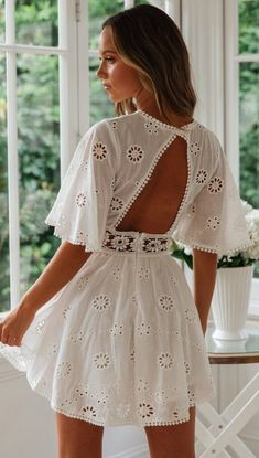 Fashion White Crochet Waist Flare Kleid - Gabi Swimwear Why Italian Shoes Really Are The Best Qualit Modest Dresses, Simple Dresses, Cute Dresses, Short Dresses, White Casual Dresses, Maxi Dresses, Elegant Dresses, White Flare Dress, Formal Dresses