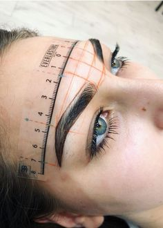 7 Things You Must Know If You're Going For Microblading. Aren't you tired of spending so much time trying to make your eyebrows look perfect? Microblading claims to be the perfect semi-permanent method to achieve this without having to spend so much time Mircoblading Eyebrows, Tweezing Eyebrows, How To Draw Eyebrows, Eyeliner, Asian Eyebrows, Sparse Eyebrows, Arched Eyebrows, Eye Brows, Bold Brows