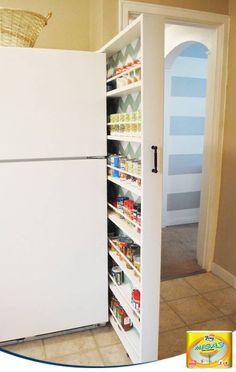 ¿Queda un hueco estrecho entre tu frigorífico y la pared? Aprovéchalo para guardar especias y latas de conservas en una estantería corredera.