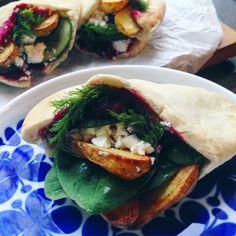 vegansk rödbetshummus i pitabröd med rostad potatis, smulad fetaost och bladspenat
