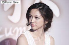 2012年3月22日、中韓合作映画「晩秋」の座談会が北京市で行われ、ヒロイン役の女優タン・ウェイ(湯唯)が出席した。騰訊娯楽網が伝えた。【その他の写真】「晩秋」は、1966年に大ヒットした韓国映画のリ...