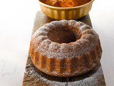 Hiekkakakku muuntuu myös erikoisruokavalioihin sopivaksi helposti. Korvaa vehnäjauhot gluteenittomalla jauhoseoksella ja paista kakku silikonivuoassa, jolloin vuokaa ei tarvitse korppujauhottaa. Finnish Recipes, Applesauce Muffins, Spring Cake, Fruit Bread, Decadent Cakes, Baked Donuts, Coffee Cake, Yummy Cakes, Cake Recipes