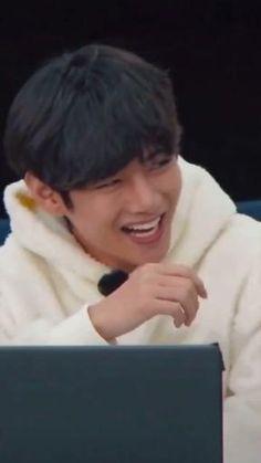 Jungkook Selca, Bts Taehyung, V Bts Hwarang, All Funny Videos, Bts Polaroid, Photoshoot Bts, Kim Taehyung Funny, Bts Face, Bts Dancing