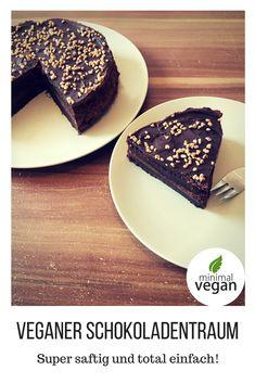 Veganer Schokoladentraum - super saftig, schokoladig, süß mit einer köstlichen Mousse-Schicht aus Aquafaba... lange halbar und mit Krokant bestreut - ein Hingucker, den du super einfach und schnell selbst machen kannst!