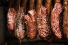 Wędzenie szynki w wędzarki oraz najlepszy przepis na szynkę wędzoną dla początkujących i nie tylko Smokehouse, Kielbasa, Carne, Sausage, Grilling, Food And Drink, Homemade, Vegetables, Smoked Chicken