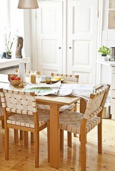 Keittiön ruotsalainen pöytä on Vepsäläiseltä, tuolit Artekin. Pöydällä on…