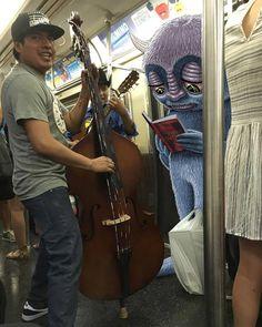Quando um ilustrador desenha monstros no metrô com seu iPad - O ilustrador Ben Rubin tira fotos de dentro do metrô de Nova York e depois cria ilustrações de monstros que interagem com os elementos em sua volta, sejam objetos ou outros passageiros.