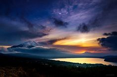 KAGAYA @KAGAYA_11949  4月21日 昨日の夕日。 沈む太陽から上に向かって伸びる光が見えました。 これはおそらく太陽柱という現象です。 (山梨県山中湖村にて撮影)