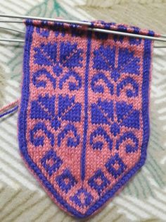 This Pin was discovered by Ese Fair Isle Knitting, Knitting Socks, Piercings, Moda Emo, Baby Sweaters, Knitting Projects, Mittens, Knit Crochet, Diy And Crafts