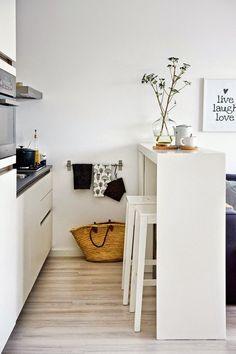 Une cuisine blache avec du parquet
