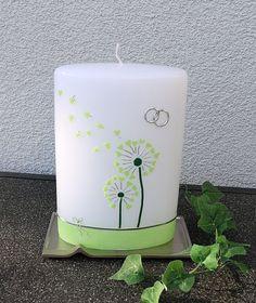 Ovale Kerze mit Pusteblumen-Motiv in maigrün/silber