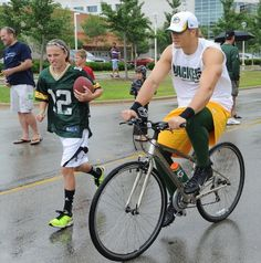 Packers continue training camp tradition, ride kids' bikes