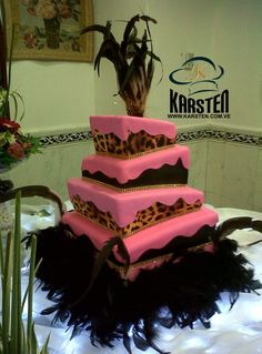 Torta de 15años inclinada cuadrada Animal Print en color Fucsia y Negro.