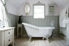40 Awesome Cottage Bathroom Design Ideas - About-Ruth Georgian Interiors, Georgian Homes, Bad Inspiration, Bathroom Inspiration, Baños Shabby Chic, Wooden Panelling, Wall Panelling, Bad Styling, Upstairs Bathrooms