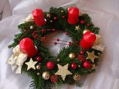 Red and Gold Fler. Christmas Advent Wreath, Christmas Candle Decorations, Wall Christmas Tree, Christmas Candle Holders, Xmas Wreaths, Christmas Tablescapes, Christmas Candles, Christmas Time, Holiday Decor