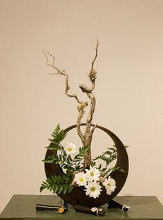 Risultati immagini per ikebana arte floral japones Modern Floral Arrangements, Creative Flower Arrangements, Artificial Floral Arrangements, Ikebana Flower Arrangement, Ikebana Arrangements, Beautiful Flower Arrangements, Flower Vases, Artificial Flowers, Beautiful Flowers