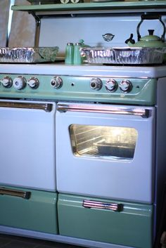 I'm coveting this double oven stove. I'm not huge on retro but this would not only look good in my kitchen it would a lot more useful than the modern stove I have.