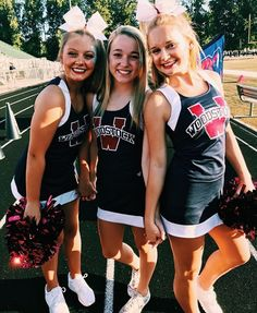 Cheerleader Halloween Costume, Senior Cheerleader, High School Cheerleading, Cheerleading Outfits, Cheer Team Pictures, Cheerleading Pictures, Cheer Picture Poses, Cheer Poses, Cheers Photo