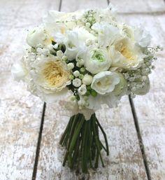 """Bouquet de mariée Madame<br>Bouquet rond blanc. Un bouquet pureté sumple et chicissime.<br><br>© <a href=""""http://www.madame-artisanfleuriste.com/""""><u>Madame</u></a> Artisan fleuriste"""