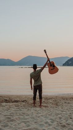 Do you enjoy music and learn an instrument? You can learn to play the guitar at any age. Even elderly people can still learn how to play music. Music Guitar, Cool Guitar, Playing Guitar, Learning Guitar, Musician Photography, Photography Poses, Online Guitar Lessons, Guitar Photos, Cheap Guitars
