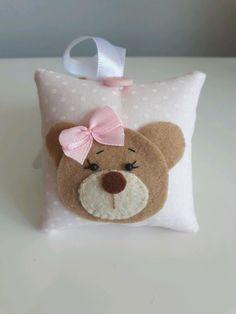 sachê de tecido e feltro perfumado. Fazemos em outros temas e tecidos. Dimensão 8x8 Acompanha saco de celofane, tag e fita de cetim. Saquinho de organza acréscimo de R$3,00 Felt Crafts Patterns, Quilling Patterns, Cute Cushions, Diy Pillows, Sewing Toys, Sewing Crafts, Baby Shower Souvenirs, Small Sewing Projects, Crochet Bunny