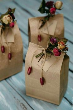 Homemade DIY Valentines's day Gift Wrapping; Simple and Easy Pretty Gift Packaging; Creative Gift Wrapping, Gift Wrapping Paper, Christmas Gift Wrapping, Creative Gifts, Brown Paper Wrapping, Cute Gift Wrapping Ideas, Present Wrapping, Brown Paper Bags, Diy Gift Wrap