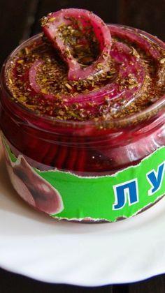 Маринованный красный лук. Красный лук  Для маринада:  Винный уксус 4% - 200 г  Соль 1 ч.л.  Сахар 7-8 ч.л.  Вода – 50 г  Специи – душистый перец, травы