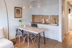 Кухня - гостиная. Маленькая, белая - поэтому незаметная. Стол обязательно со стульями. Диван - отдельно. Фартук и столешница сочетаются с полом.
