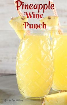Easy Pineapple Wine Punch is a delicious party drink for any occasion. Just 4 ingredients go into this easy wine punch and it will instantly transport you to a tropical frame of mind! Drinks Easy Pineapple Wine Punch {Video} - Miss in the Kitchen Beste Cocktails, Wine Cocktails, Sangria, Cocktail Drinks, Cocktail Recipes, Summer Wine Drinks, Wine Mixed Drinks, Easy Mixed Drinks, White Wine Cocktail