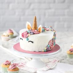 Zauberhafte Einhorntorte einfach selber machen With this unicorn cake you steal the show at the next child's birthday or girls' Cheesecake Cupcakes, Snowflake Wedding Cake, Cupcakes Decorados, Basic Cake, Character Cakes, Savoury Cake, Food Cakes, Mini Cakes, Themed Cakes