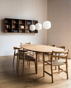 Mid-century Scandinavian and Californian design meet in Carl Hansen & Son's new showroom in San Francisco, which the Danish furniture brand has opened to continue its US expansion. Dining Room Paint, Dining Room Design, Dining Room Furniture, Dining Room Table, Mid Century Dining Table, Mid Century Modern Dining Room, Furniture Showroom, Design Bedroom, Room Chairs