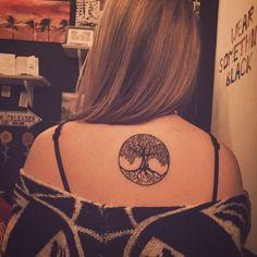 ein rundes Tattoo mit Lebensbaum wie aus der keltischen Mythologie am Rücken