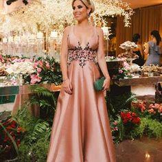 Oi meninas! Selecionei dez vestidos de festa longos que podem ser usados por madrinhas ou formandas. As fotos são do blog da Maison Bais ...