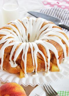 An easy recipe for peaches and cream monkey bread, made with canned biscuits, fresh peaches and cream cheese. A great idea for breakfast, brunch or dessert!