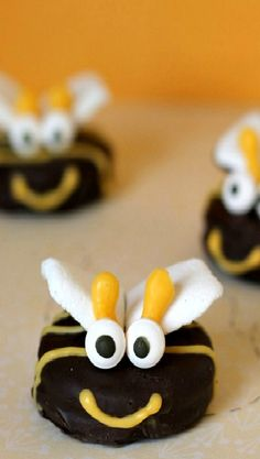 Oreo Bumblebees How-To ~ These bumblebees would be perfect for any summer get together, kids party, baby shower and more. oreo bumblebe, birthday parties, cooki, bumble bees, kid parties, summer snacks