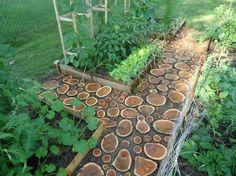 Gartenweg aus Holz - Bei großen Abständen muss das Holz eingegraben werden