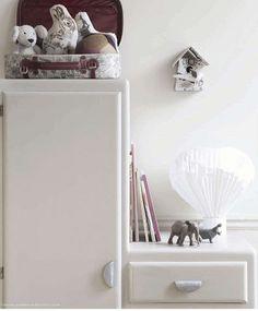 Petit meuble vintage restauré en blanc - sympa dans cette chambre d'enfant  Children's room - Via Milk Magazine