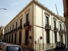The 'Palacio de los Marqueses de Cabra' is yet another fine example of the aristocratic mansions built in Almería in the 19th century. Economic and demographic growth meant that the upper classes had much more money to spend so they started building grand stately homes outside the old Arab quarter.