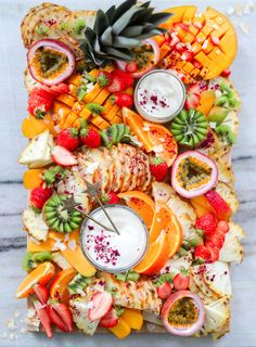 Tropical Fruit Platter: How to make the ultimate fruit platter Veggie Tray, Edible Arrangements, Food Platters, Delicious Vegan Recipes, Teller, Food Allergies, Clean Eating Snacks, A Food, Spoons