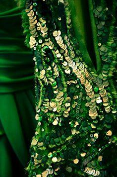 Pantone Emerald Green and Linden Green / Fall inspired greens / #laylagrayce #suryarugs