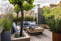 ▷ 1001 + small garden ideas to turn your yard into the best relaxation spot wooden garden furniture, Small Garden Layout, Backyard Layout, Small Garden Design, Rooftop Design, Patio Design, Courtyard Design, Large Backyard, Small Patio, Small Gardens