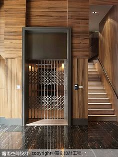 電梯立面設計藉木紋水平垂直拼貼交錯,搭配復古感門柵,展現別出心裁的設計感。