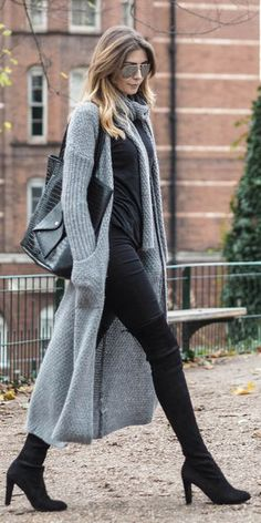Long Cardigan Outfit The cardigan sweater has been a long time favorite for both men and women. You can find them in a variety of lengths and styles. The long cardigan is one of the single favored … Long Cardigan Noir, Outfits With Grey Cardigan, Winter Cardigan Outfit, Kimono Cardigan, Gray Cardigan, Casual Winter Outfits, Fall Outfits, Boot Outfits, Stylish Outfits