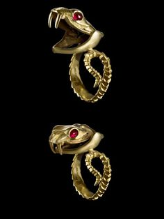 A Game of Clothes : ring with poison compartment