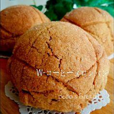 こんな美味しいメロンパン、もう~悶絶❤間違いなし❤クッキー生地にもパン生地にもコーヒーを加えて、『コーヒー香る✨贅沢すぎるメロンパン』を焼きました❤ たまには王道っぽく、贅沢にクッキー生地にもバターを使いました❤ たまごは1個、無駄なく使いきり❗ さくさくなコーヒー風味のクッキー生地に、しっとり全卵使用のパン生地が、とっても美味しく仕上がりました❤ 『コーヒーメロンクッキー生地』 たまご 25㌘(→残りはパンに使います) バター 45㌘ 砂糖 40㌘ インスタントコーヒー(粉末) 大1~ BP 小1/2 薄力粉 120㌘ ボウルに常温に柔らかくしたバターをクリーム状にホイッパーで混ぜ、砂糖を加えてよく混ぜます。溶きほぐしたたまごを少しずつ加えて、クリーム状にします。 インスタントコーヒーの粉末を加えて、しっかり混ぜ、振るった粉類を加えて、ヘラでさっくり混ぜ合わせます。 ラップにとって、棒状にしたものを冷凍庫に入れて、一端お休みさせます。(20分程) それを8分割して、丸めたものを、ラップに挟んで綿棒で薄く広げます。 使うまで冷凍庫へ。… Bread Recipes, Cooking Recipes, Japanese Bread, Something Sweet, Scones, Sandwiches, Muffin, Food And Drink, Sweets
