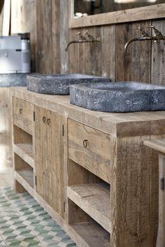Badkamermeubels van hardsteen en oud hout, op maat gemaakt bij Jan van IJken Oude Bouwmaterialen. www.oudebouwmaterialen.nl #bathroomsink #bathroomcabinets #bathroomfaucets