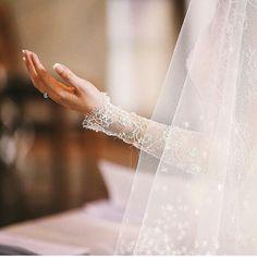 Worship on wedding day ❤️️❤️️ Muslimah Wedding Dress, Hijab Wedding Dresses, Hijab Bride, Hijabi Wedding, Muslim Brides, Muslim Couples, Wedding Veils, Wedding Bride, Wedding Cakes